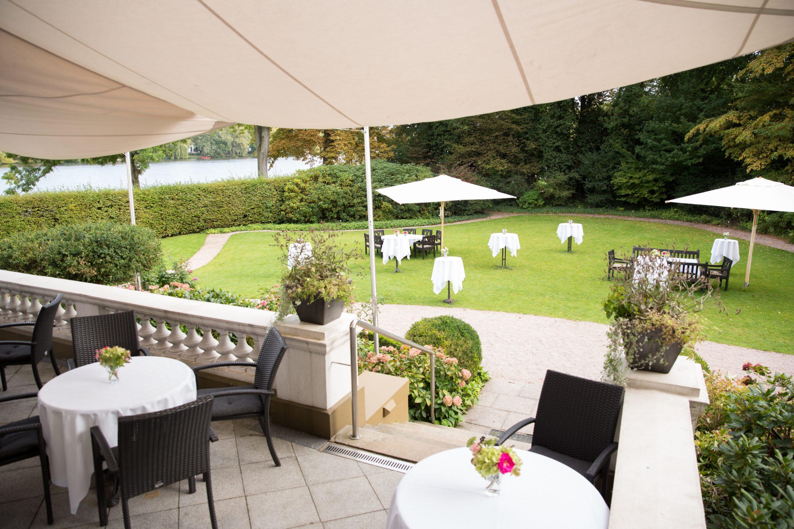 Blick von der Terrasse in den Clubgarten