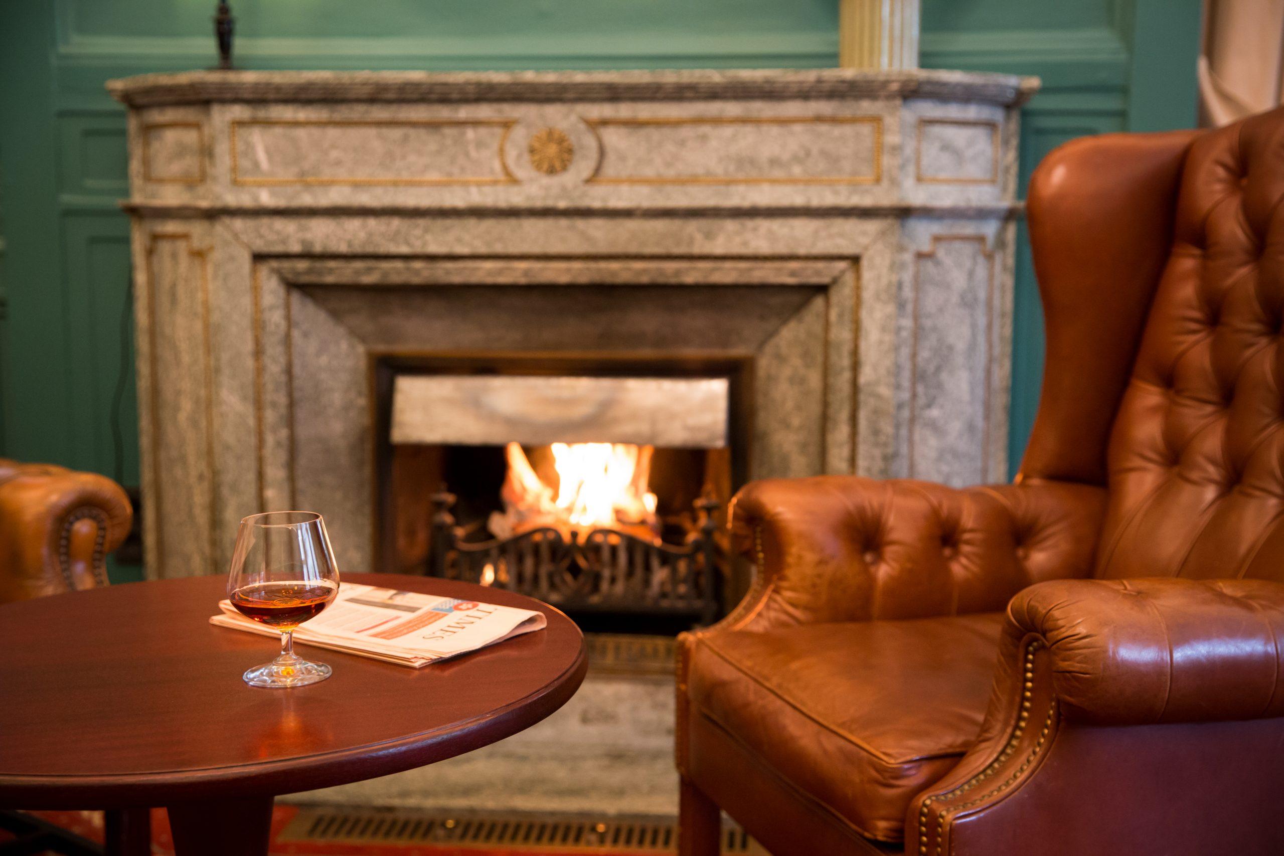 Cognac am Kamin in der Lounge