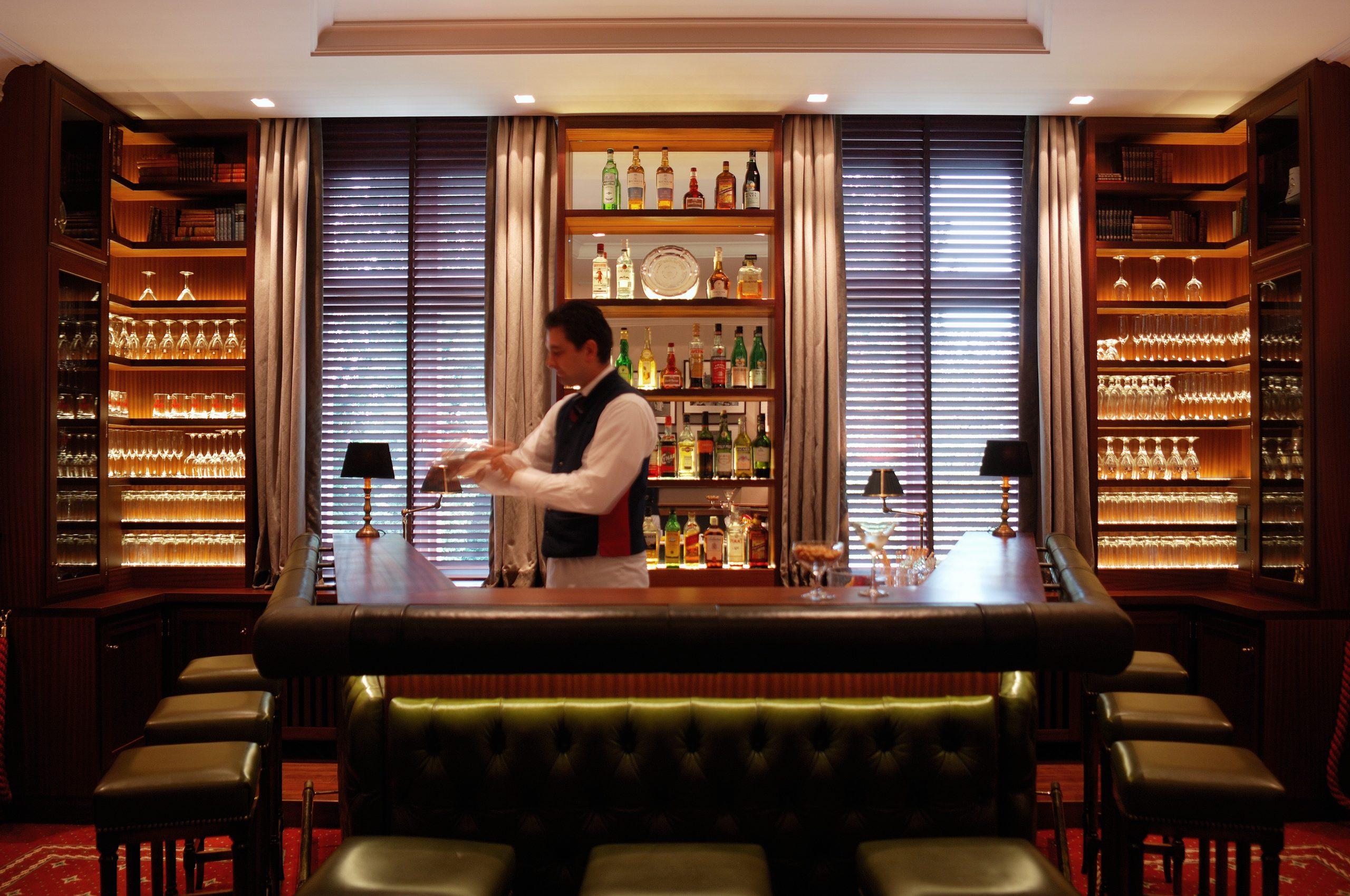 Barkeeper in der Alsterbar
